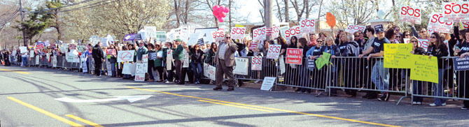A grass-roots rally organized by Connetquot TA President Tony Felicio drew thousands of Long Islanders to protest Gov. Cuomo's education policies while he spoke at a Suffolk County Democratic Committee dinner in Holbrook. Photo by KRISTY LEIBOWITZ