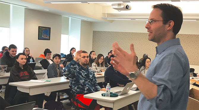 Jonathan Anzalone, a UUP member and assistant director of SUNY Stony Brook's Center for News Literacy, shows students the elements of fake news and ways they can identify direct evidence of fact-based information. Photo by Liza Frenette.